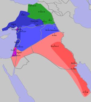 """Zone di influenza e controllo francese (blu), britannica (rosso) e russa (verde) stabilite dall'accordo Sykes-Picot. Durante l'incontro del 16 dicembre 1915 Sykes tenutosi a Downing Street dichiaró """"Mi piacerebbe tracciare una linea dalla e di Acre all'ultima k di Kirkuk"""""""