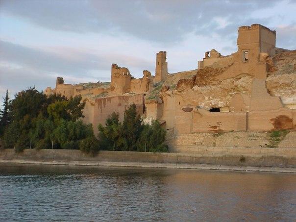 La Qalʿat di Jaʿbar b. Sābiq al-Qushayrī (conquistatore della città in epoca selgiuchide), costruita sulla sponda sinistra del medio Eufrate, di fronte a Siffin